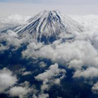 China's smog polluting Fuji, new study says