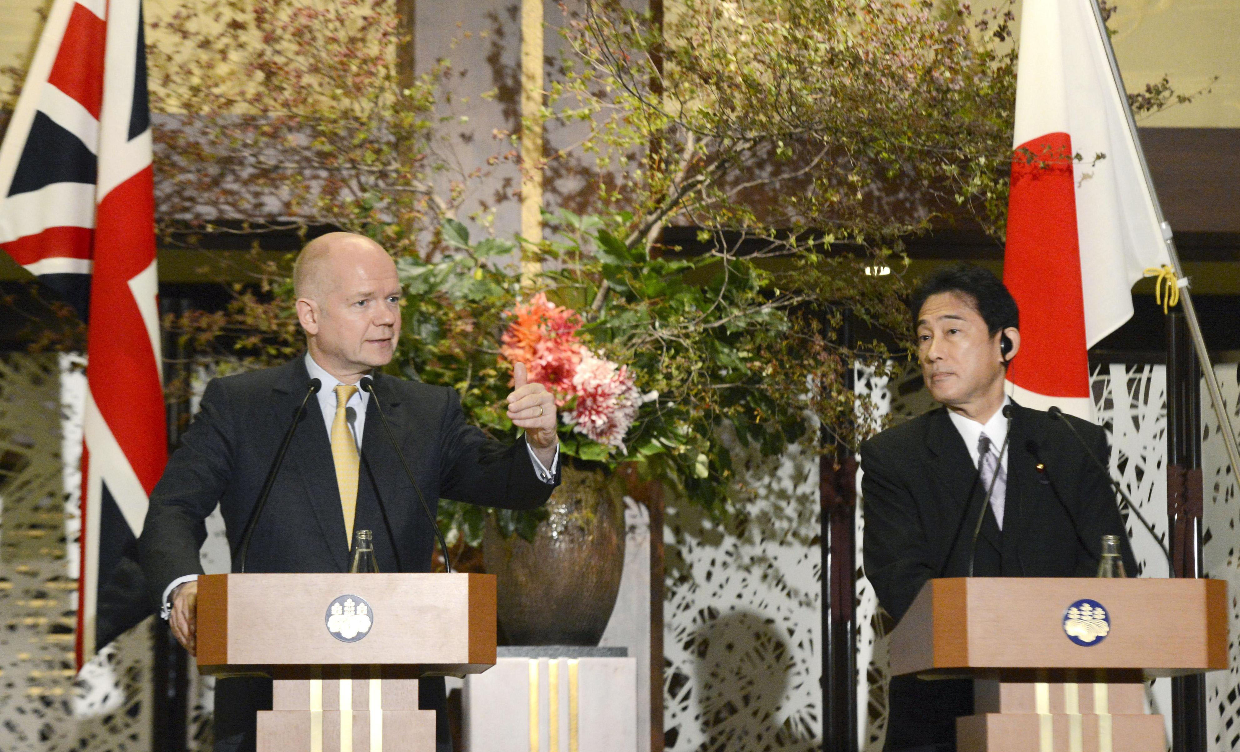 London calling: British Foreign Secretary William Hague and Foreign Minister Fumio Kishida face reporters Wednesday in Tokyo.   KYODO