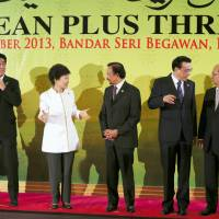 Disengaged?: Prime Minister Shinzo Abe looks on as South Korean President Park Geun-hye speaks with her Brunei counterpart, Sultan Hassanal Bolkiah, while Chinese Premier Li Keqiang (fourth from left) chats with Myanmar President Thein Sein at the ASEAN Plus Three Summit in Bandar Seri Begawan on Oct. 10. | AP/KYODO