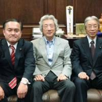 Common cause: Former Prime Minister Junichiro Koizumi is flanked by Social Democratic Party chief Tadatomo Yoshida (left) and SDP Secretary-General Seiji Mataichi as they pose for a photo during a meeting Tuesday in Tokyo | SDP / KYODO