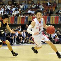 Playing aggressive: Toyama's Takeshi Mito gives the club a solid scorer (14.0 points per game) in the backcourt | YOSHIAKI MIURA