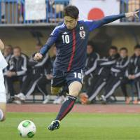 Blanked: Shinji Kagawa takes a free kick against Belarus in Tuesday's friendly international. Belarus won 1-0. | KYODO
