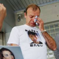 In mourning: Lindsay Ann Hawker's father, William, sobs after visiting Gyotoku police station in Chiba Prefecture on Sept. 16, 2008, to inquire about the investigation into the murder of his 22-year-old daughter. | KYODO