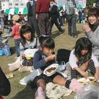 Tsuchiura city curries favor with visitors at its annual gourmet festival