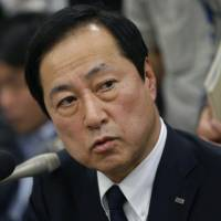 Besieged: Mizuho Bank President Yasuhiro Sato faces reporters  in Tokyo on Oct. 28. | BLOOMBERG