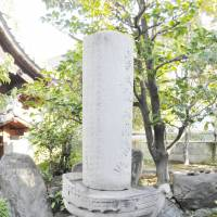 To my friends: This ship-shaped memorial, which Capt. Jukichi Oguri built for his former crew members, stands at Jofuku Temple in Atsuta Ward, Nagoya. | CHUNICHI SHIMBUN