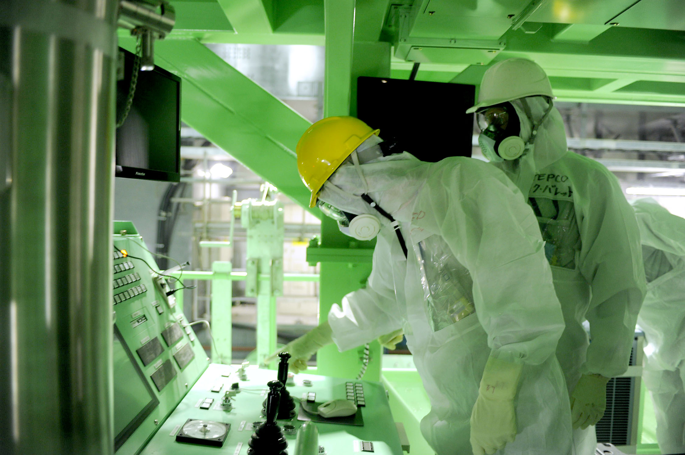 Firsthand look: U.S. nuclear expert Lake Barrett (right) inspects the reactor 4 building of the Fukushima No. 1 nuclear complex on Wednesday, in preparation of the removal of fuel from the unit's spent fuel pool.   AFP-JIJI