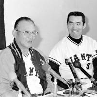 Tough act to follow: Shigeo Nagashima, seen here with Tetsuharu Kawakami in November 1974, did not enjoy the success his predecessor did as the manager of the Yomiuri Giants. | KYODO