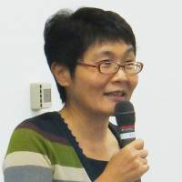 Dr. Miwako Honda of Tokyo Medical Center explains the method of caring for dementia patients during the September workshop. | KYODO