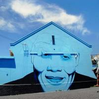National hero: A person walks pass a mural of former South African President Nelson Mandela in Cape Town on Nov. 10.   AFP-JIJI