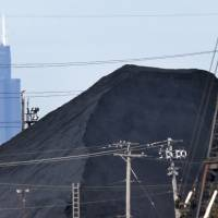 Petroleum coke piles worry Midwesterners