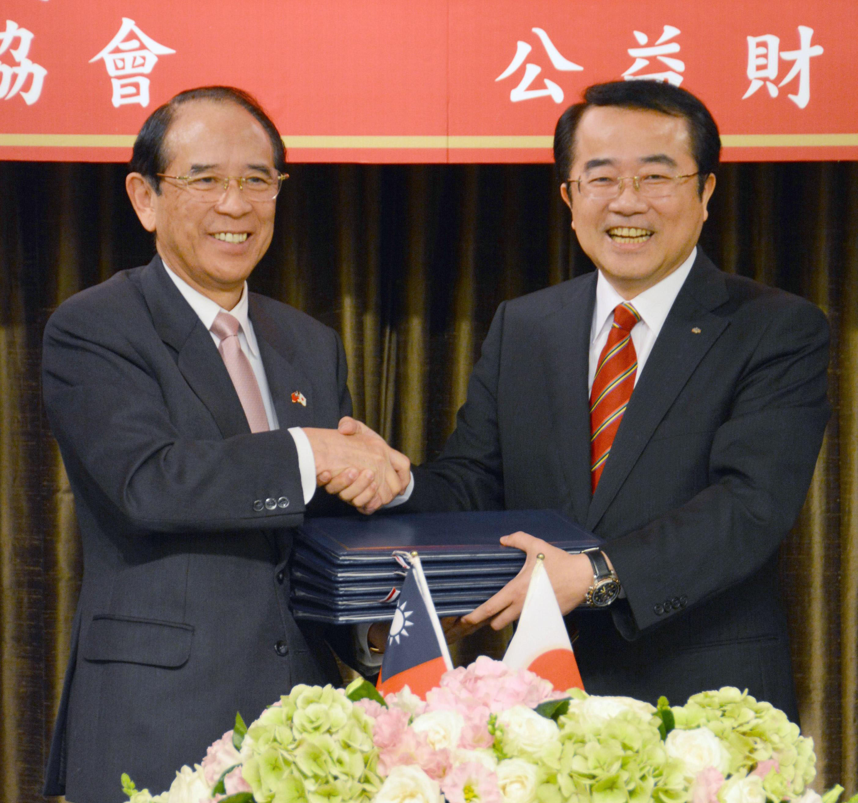 New chapter: Mitsuo Ohashi (left), chairman of the Japan Interchange Association, seals trade deals with Taiwan's East Asian Relations Commission Chairman Lee Chia-chin at a Taipei hotel Tuesday | KYODO