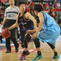 The catalyst: Rizing Fukuoka guard Akitomo Takeno, seen directing the offense at the Final Four in May against the Kyoto Hannaryz, dished out a team-best four assists in an 85-64 victory over the Bambitious Nara on Saturday. | YOSHIAKI MIURA