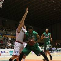 Old reliable: Rizing Fukuoka power forward Reggie Warren, seen playing for the Saitama Broncos in this 2009 file photo, notched his eighth double-double of the season on Saturday. | KAZ NAGATSUKA