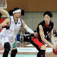 Competitive spirit: Veteran guard Takanori Goya (left), seen playing for the Shinshu Brave Warriors in a March 2013 game against the Osaka Evessa, was the bj-league's No.1 overall draft pick in 2006. | HIROAKI HAYASHI