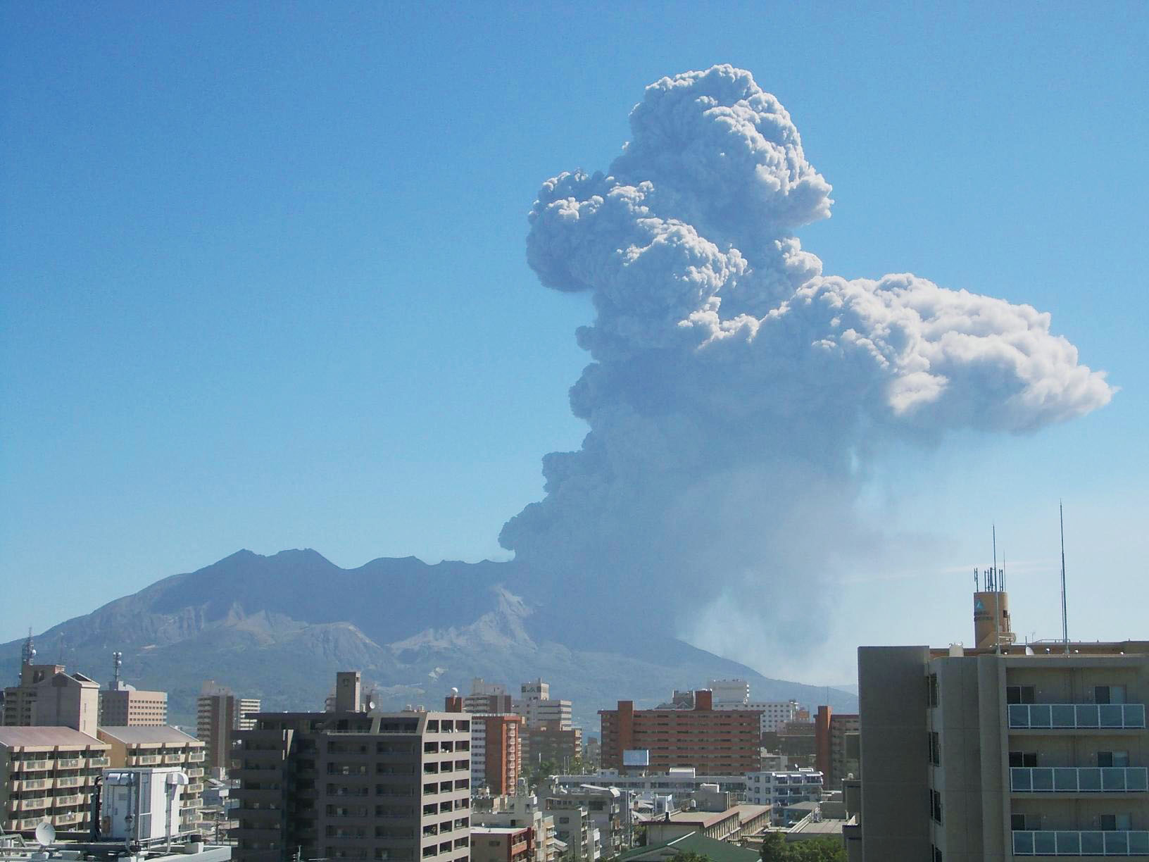 Explosive: Volcanic gas carrying sulfur dioxide is released from Mount Sakurajima in Kagoshima Prefecture during an eruption Sept. 26. The gas is partly responsible for spikes in the air pollutant PM2.5 in the Kanto and Tokai regions, the Meteorological Research Institute says | KAGOSHIMA METEOROLOGICAL OBSERVATORY / KYODO