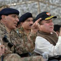 Rule of law: Pakistani Prime Minister Nawaz Sharif (right) speaks with army chief Gen. Ashfaq Kayani as they watch a military exercise in Khairpure Tamay Wali on Monday   AFP-JIJI