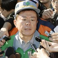 Full-court press: Tokyo Gov. Naoki Inose is mobbed by reporters Saturday in the western Tokyo city of Akiruno after admitting the previous day he borrowed ¥50 million from the Tokushukai hospital chain. | KYODO