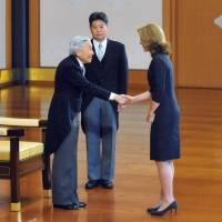 Protocol: U.S. Ambassador Caroline Kennedy shakes hands with Emperor Akihito at the Imperial Palace in Tokyo on Tuesday. | KYODO