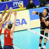Tough angle: Japan's Yu Koshikawa faces the strong defense of American teammates William Priddy (left) and David Lee during Tuesday's match in Kyoto | FIVB