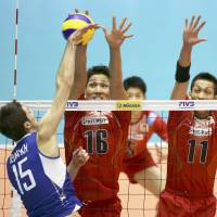Not enough: Despite Yusuke Ishijima (16) and Yoshihiko Matsumoto's defensive efforts, Dmitriy Ilinykh and Russia swept Japan in three sets on Wednesday. | KYODO