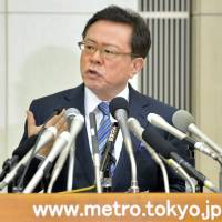 In the press, yet again: Tokyo Governor Naoki Inose at an emergency  press conference to announce his resignation at the Tokyo Metropolitan Government offices on Dec. 19, 2013 | AFP-JIJI