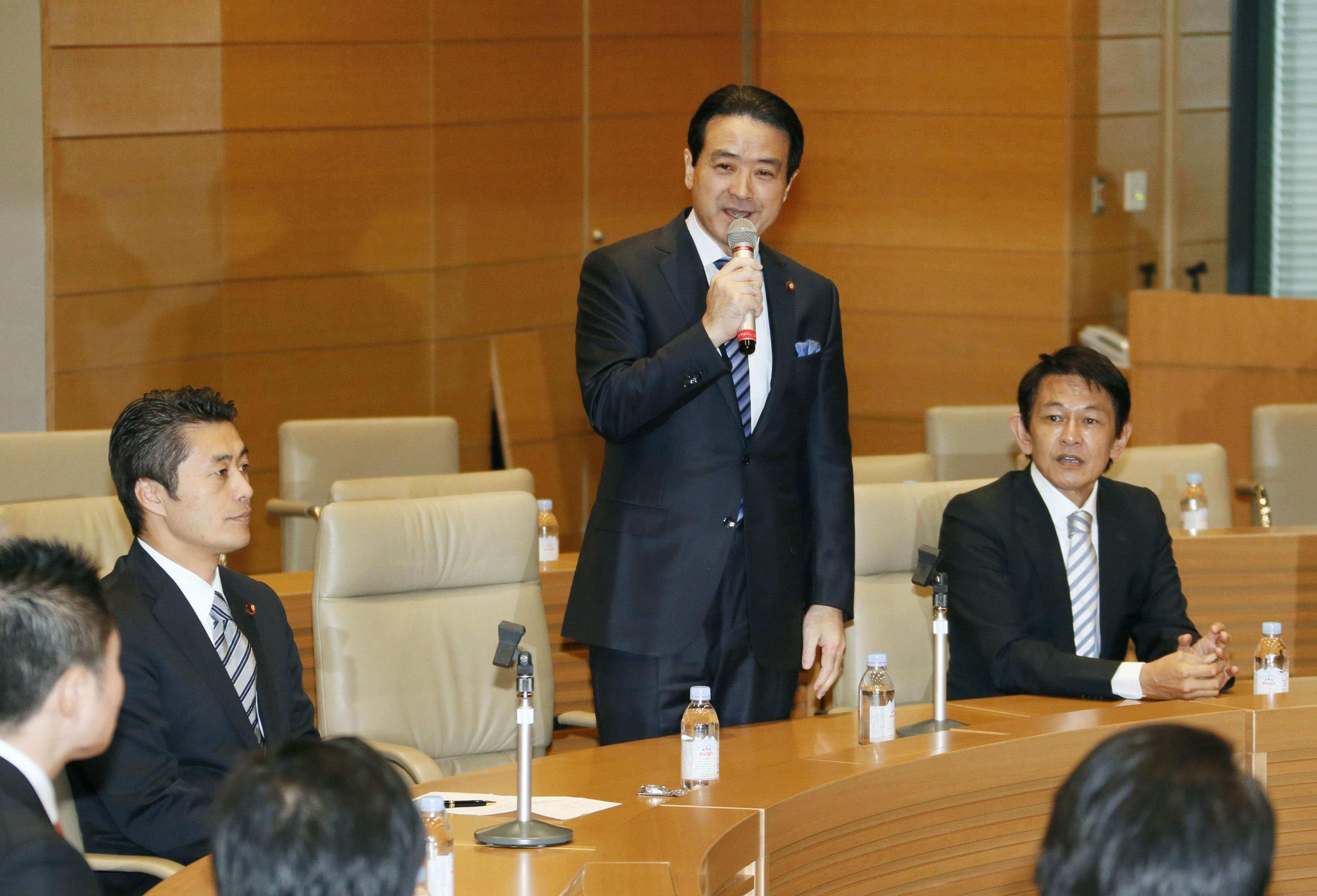 Man of the hour: Former Your Party Secretary-General Kenji Eda speaks at the launch of a policy study group as Goshi Hosono of the Democratic Party of Japan (left) and Yorihisa Matsuno of Nippon Ishin no Kai (Japan Restoration Party) look on. | KYODO