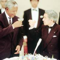 Emperor Akihito toasts Mandela at a banquet at the Imperial Palace in Tokyo in July 1995.   | KYODO/AP