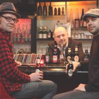 Smooth year: Writers Sean Smith (left) and James Catchpole (right) talk about the year in jazz at Eddie Landsberg's Tokyo bar Eddie's Lounge. | CHIEKO KATO