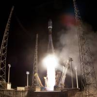 Gaia gone: A rocket carrying the European Space Agency's satellite that will study and map 1 billion stars blasts off from Kourou Space Center, in French Guiana, on Thursday.   AFP-JIJI