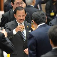 Brunei Sultan Hassanal Bolkiah (second from left) toasts facing Prime Minister Shinzo Abe (third from left) during a luncheon meeting with leaders of ASEAN countries hosted by Keidanren and the Japan Chamber of Commerce and Industry in Tokyo on Saturday. First from right is Keidanren chairman Hiromasa Yonekura who emphasized the importance of Southeast Asian markets. | POOL
