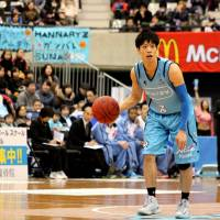 Every bit helps: Kyoto Hannaryz guard Sunao Murakami, seen in this file photo from last season, made quiet contributions (two assists, one steals) on Saturday in a 75-61 road win over the Shinshu Brave Warriors. Kyoto used 13 players in the game and extended its winning streak to five games.