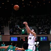 Final act: Aisin's Kosuke Kanamaru launches the game-winning 3-pointer against Toyota Motors on Friday night. The shot sailed through the net with 1.4 seconds remaining.   KAZ NAGATSUKA