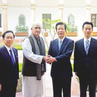 Natsuo Yamaguchi, leader of the New Komeito party in Japan's ruling coalition, poses for a photo with Indian Foreign Minister Salman Khurshid in New Delhi on Jan. 6. | KYODO