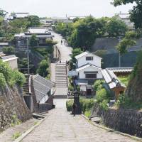 A view looking toward the southern samurai district of Minami-dai from the top of the Tenjin-no-zaka slope. | STEPHEN MANSFIELD PHOTO