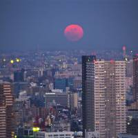 A moon view with no need to adjust the red-eye. | KIT NAGAMURA
