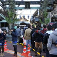 A long line of visitors snakes out of Yushima Tenjin Shrine on the first morning of 2014. | YOSHIAKI MIURA