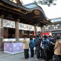 Visitors wait until they reach the shrine entrance before making prayers for the new year.  | YOSHIAKI MIURA