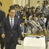 Swan song: Naoki Inose holds a news conference Dec. 24 at the metropolitan government office to announce his resignation as Tokyo governor. | KYODO