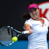 Clinical: Li Na plays a shot from Italy's Flavia Pennetta in their quarterfinal match at the Australian Open on Tuesday. | AFP-JIJI