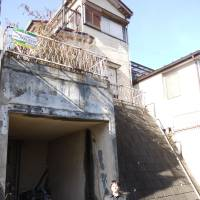 A run-down property in Adachi Ward, Tokyo, is seen soon after its wall tiles came off and shattered on the pavement in March 2010, triggering the ward to introduce an ordinance in 2011 urging owners of old homes to demolish them. | ADACHI WARD OFFICE