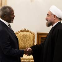 'Managed access': Iranian President Hassan Rouhani greets former U.N. Secretary-General Kofi Annan during a visit to Tehran on Tuesday by a delegation of former world leaders and statesmen. | AFP-JIJI