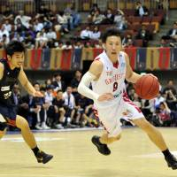 The spark: Toyama guard Takeshi Mito, seen in a file photo from last season, scored 24 points in the Grouses' 68-52 win over the visiting Shimane Susanoo Magic on Saturday. | YOSHIAKI MIURA