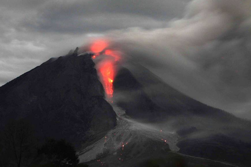 More than 25,000 flee as Indonesian volcano continues to erupt