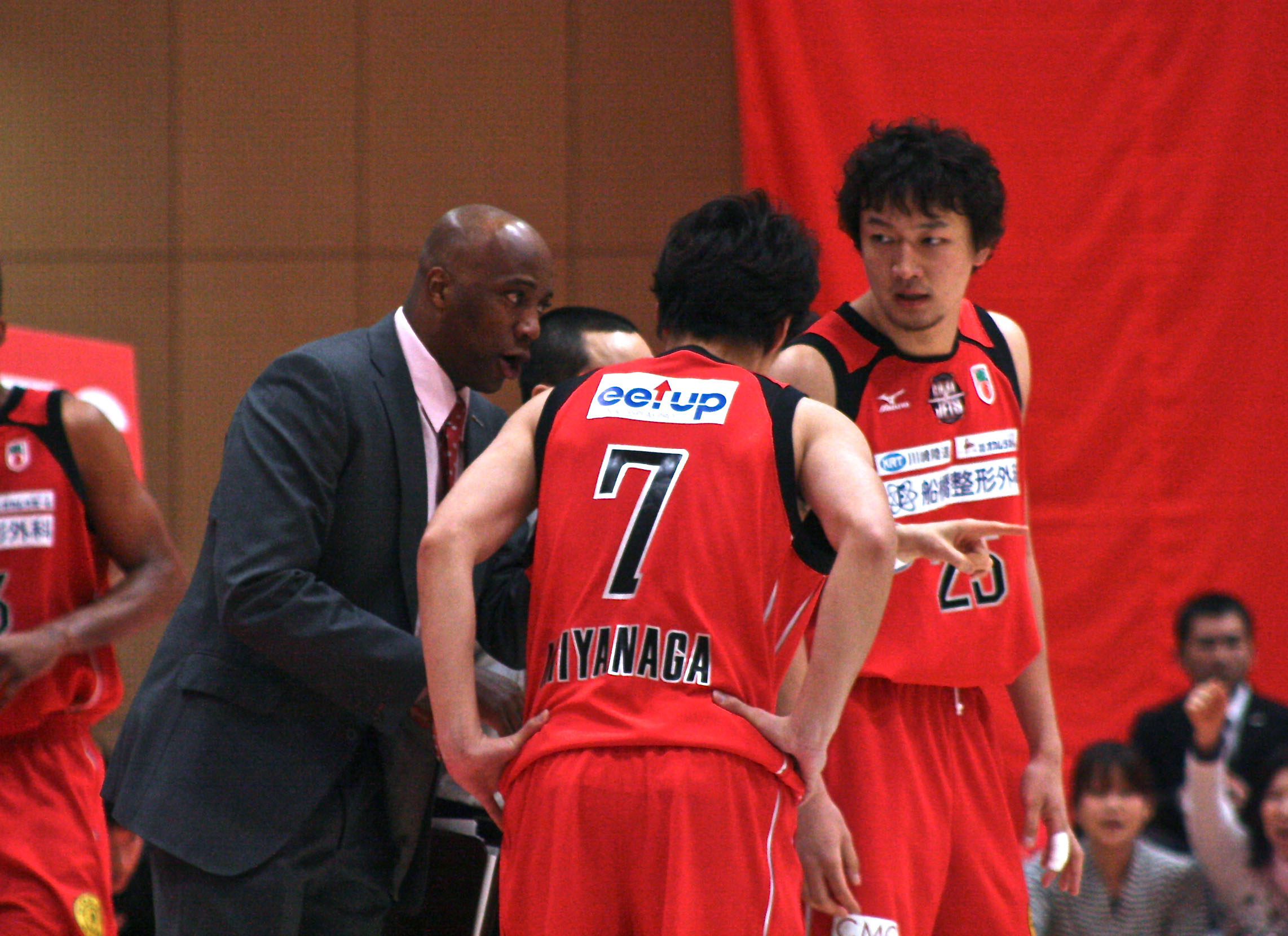 Tough sledding: Chiba Jets coach Reggie Geary and his players are still trying to adjust to life in the NBL. | KAZ NAGATSUKA