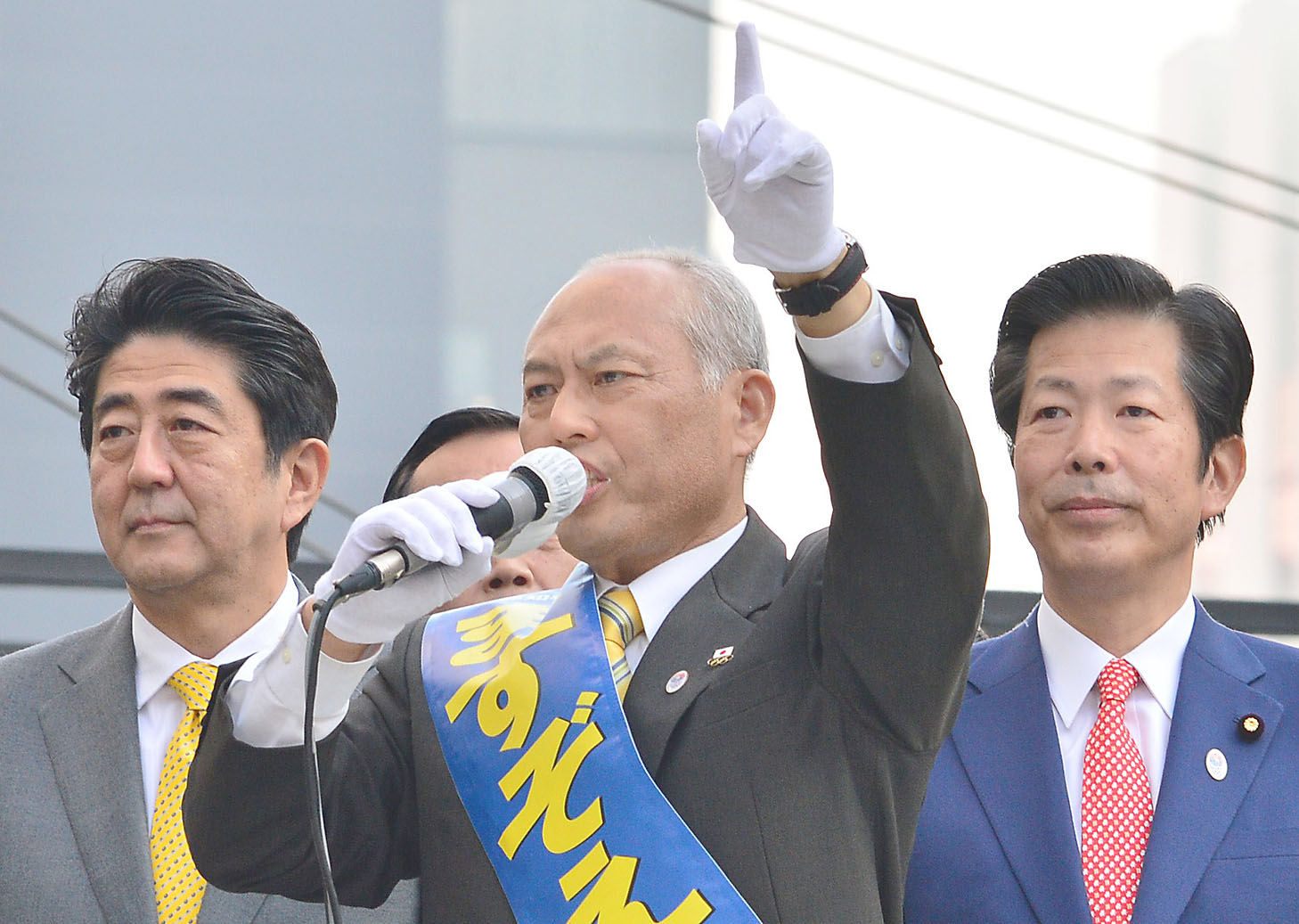 Gloves off: Former health minister and current Tokyo gubernatorial candidate Yoichi Masuzoe (above) delivers a campaign speech in Tokyo on Sunday while sharing the stage with Prime Minister Shinzo Abe (left) and New Komeito leader Natsuo Yamaguchi. | AFP-JIJI