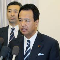 Crossing the divide: Akira Amari, minister in charge of TPP negotiations, speaks to reporters in Washington after talks with the U.S. trade representative on Saturday. | KYODO