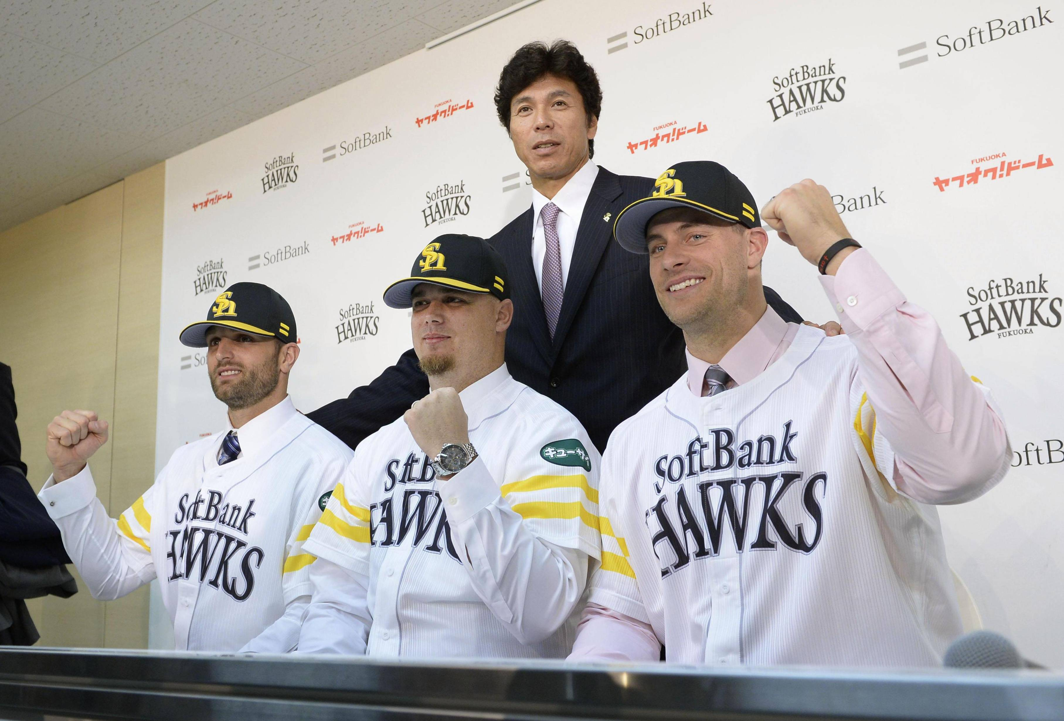 Welcome to the nest: Hawks manager Koji Akiyama poses with pitchers (from left) Dan Sarfate, Brian Wolfe, and Jason Standridge during an introductory news conference on Thursday. | KYODO