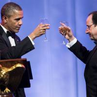 Sip and flit: U.S. President Barack Obama and French President Francois Hollande toast each other during a state dinner at the White House on Tuesday.   AFP-JIJI