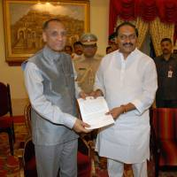 Andhra Pradesh State Chief Minister N. Kiran Kumar Reddy (right) submits his resignation letter to Gov. E.S.L. Narasimhan at Raj Bhavan in Hyderabad on Wednesday in protest over a bill to split his state in two. | AFP-JIJI